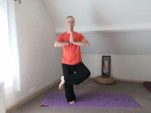 Posture debout de yoga thai